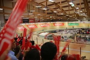 Das Publikum im ausverkauften Velodrome in Grenchen feuerte die Radfahrer im Holzoval kräftig an - auch mithilfe roter Klatschstangen, photo taken by Swiss Olympian Rolf Järmann.