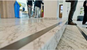 Gehen künftig nur noch fünf statt wie bis anhin sieben Gemeinderäte die Stufen des Rathauses hoch?, photo taken by az/Emanuel Per Freudiger